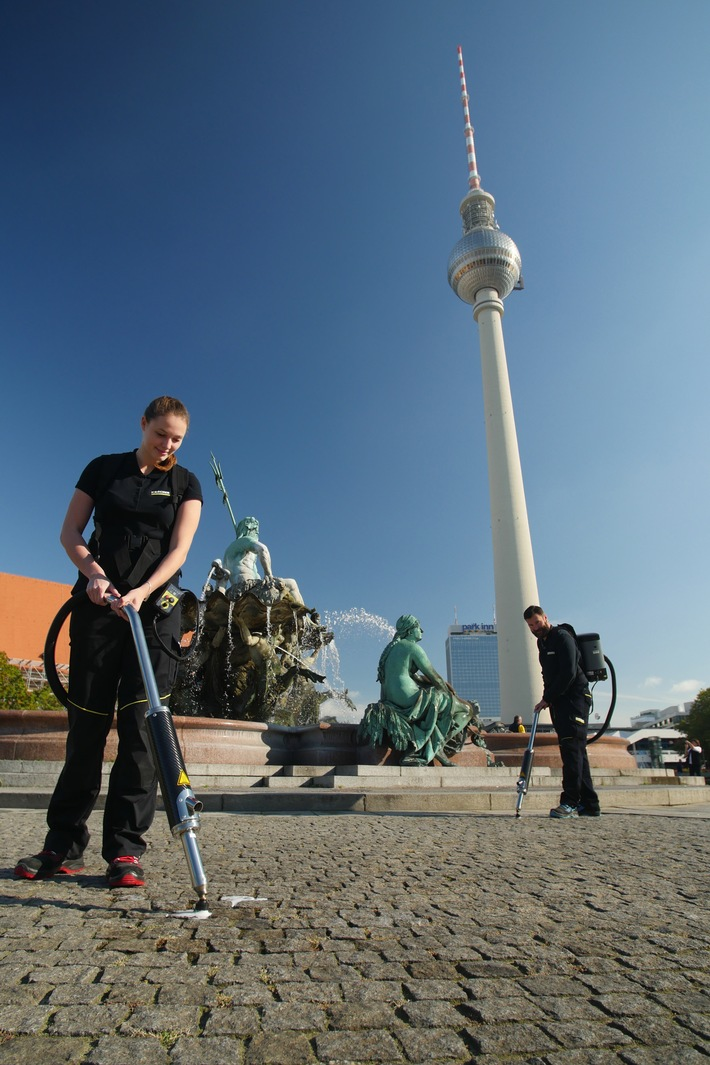 Kampf dem Kaugummi - Kärcher reinigt Fläche um den Neptunbrunnen am Berliner Alexanderplatz anlässlich der Internationalen Reinigungsfachmesse CMS Berlin 2017 (FOTO)