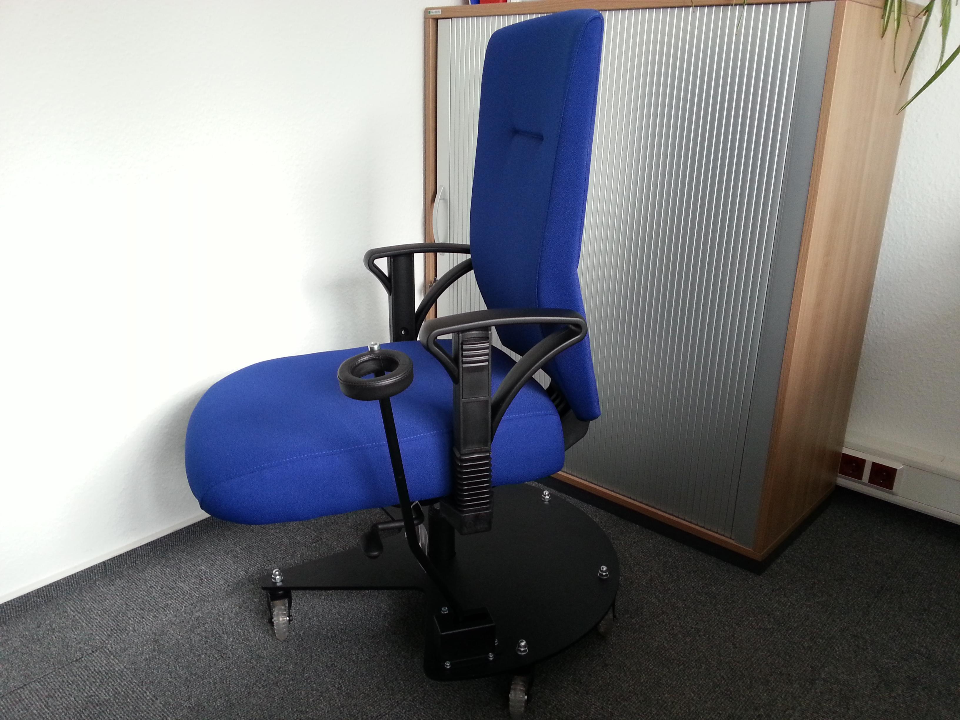 ergonomischer b rostuhl mit feststellbarer laufrollen bremse bei zweifacher beinprothese und. Black Bedroom Furniture Sets. Home Design Ideas